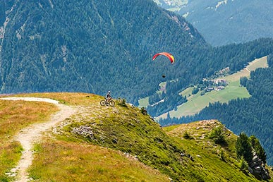 Active holidays with paraglyding and bike