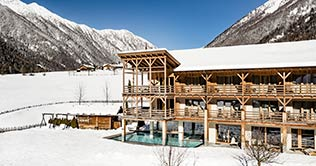 Hotelfoto im Winter vom Alpine Wellness Hotel Masl in Vals