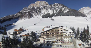 Photo Hotel Mezdì and in the background the Dolomites