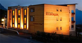 Hotel Hilburger by night
